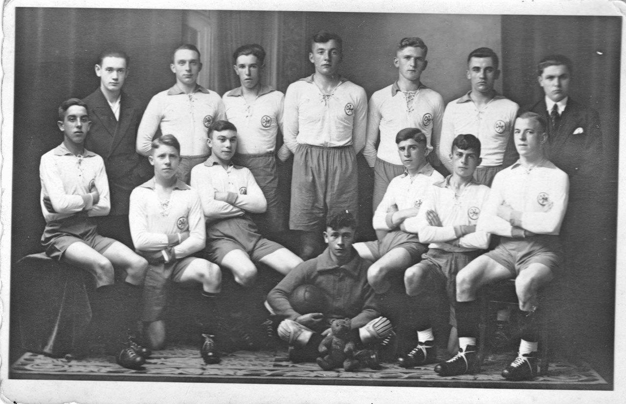 """""""1. Jugendmannschaft der DJK St. Ingbert - Saarpfalzmeister 1931/32."""" (Das Bild stammt aus dem Nachlass von Frau Hildegard Maischein geb. Schroth)"""